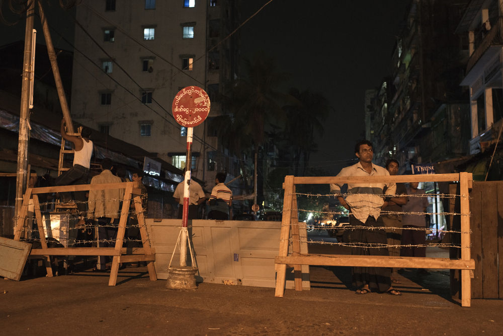 Barricades manned by Muslim residents at Mingalar Taungnyunt quarter, in Yangon. Photo by Vincenzo Floramo.